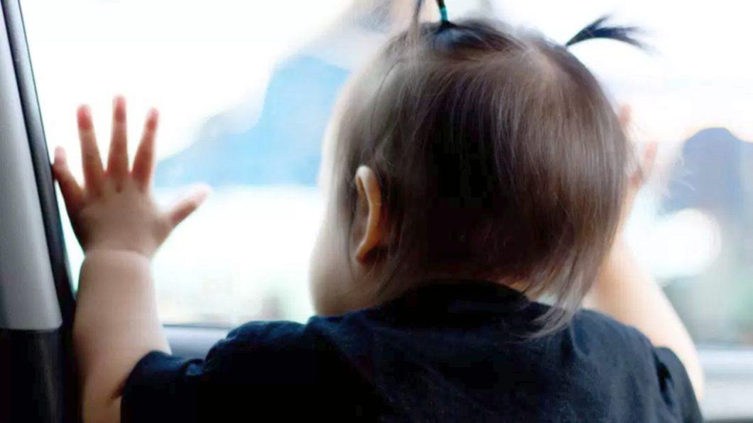 Criança no banco do carro