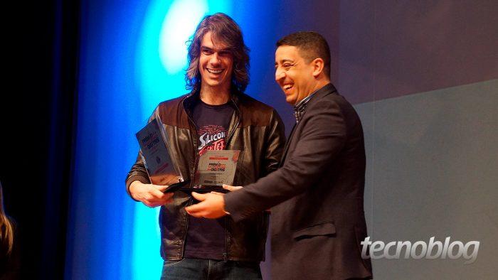 Mick Jag... digo, Thiago Mobilon, fundador desta bagaça, recebendo os prêmios