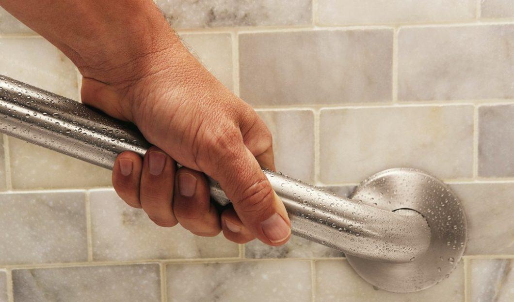 Esse tipo de barra ajuda e muito a evitar quedas no banheiro