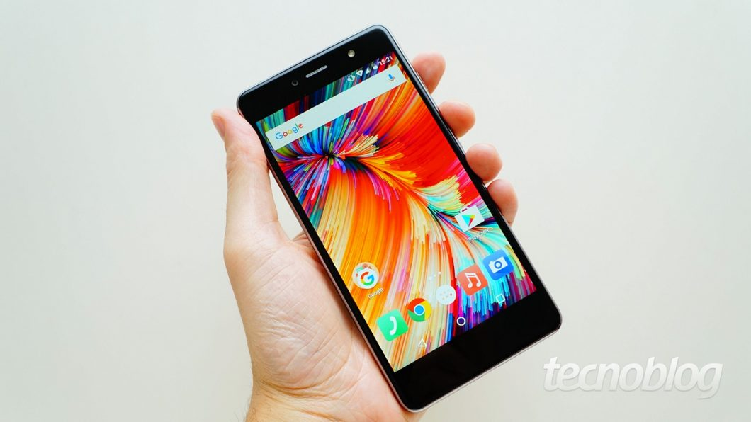 A tela tem Gorilla Glass 3 e bordas 2.5D, que dá esse aspecto curvado às bordas
