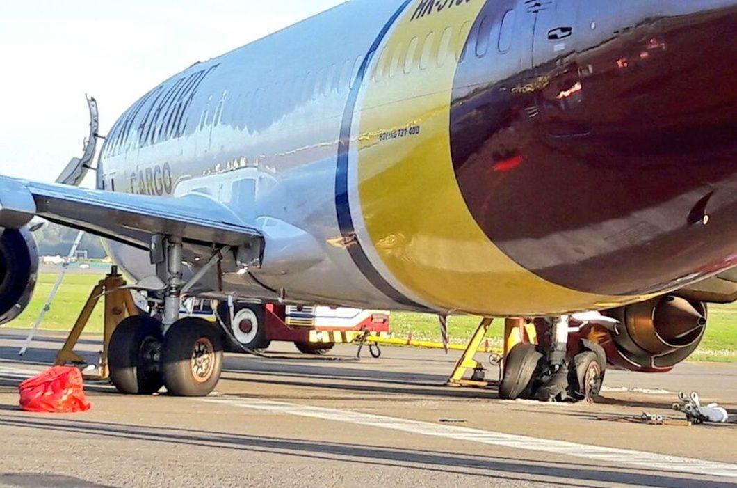 """O Boeing 737-400 da AerCaribe que """"tropeçou"""" no aeroporto de Bogotá"""