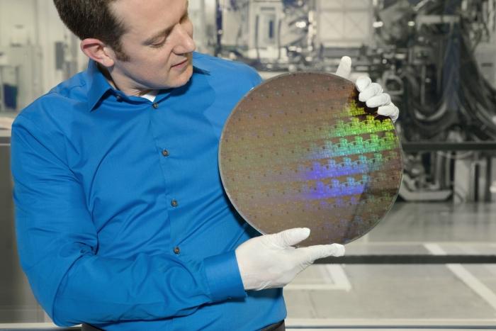O engenheiro Nicolas Loubet com um wafer de chips de 5 nanômetros