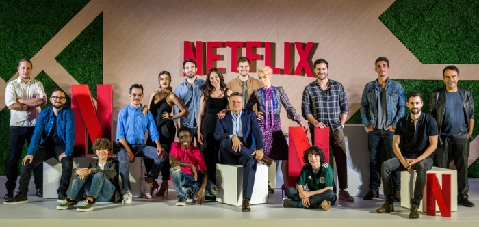 Ted Sarandos (ao centro) durante o evento Vive Netflix, na Cidade do México