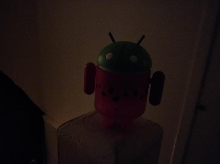Registro feito com o OnePlus 5T em ambiente escuro. Foto: Android Police