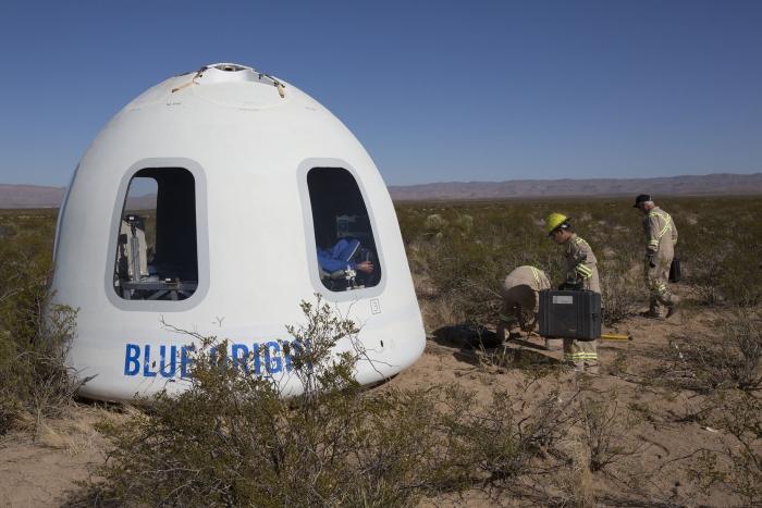 Blue Origin lanza y aterriza la cápsula que llevará a los turistas al espacio