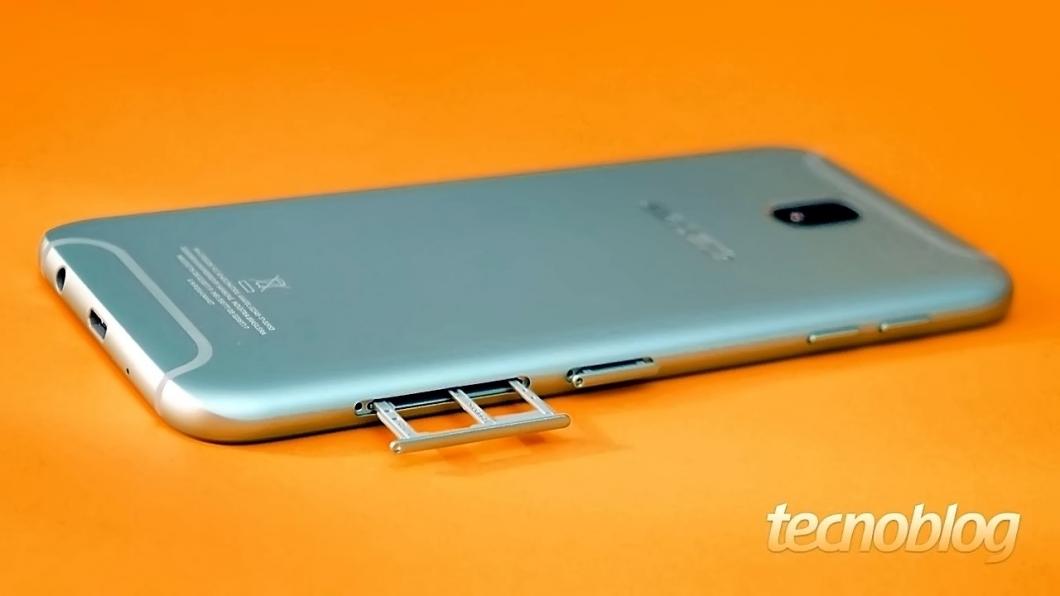 Nada daquela coisa de não poder usar dois SIM cards se você colocar um microSD