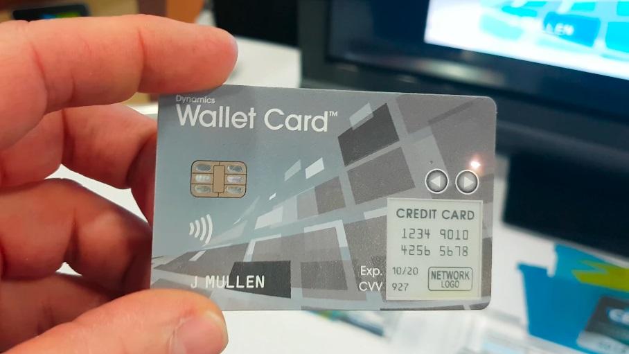 Esta tarjeta bancaria tiene una pantalla de tinta electrónica y una antena celular para ser reprogramada.