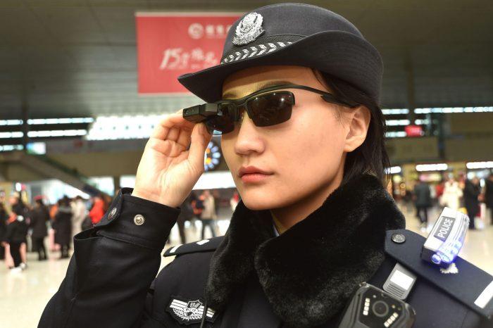A ideia é encontrar suspeitos no meio dos cidadãos que viajarão durante o  Ano Novo Chinês, em 16 de fevereiro. Esses óculos permitirão que a polícia  ... 66630defde