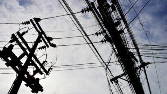 Claro, Oi, TIM e Vivo são obrigadas a organizar fios em postes de energia elétrica