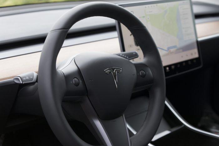 Volante de um Tesla, com condução autônoma