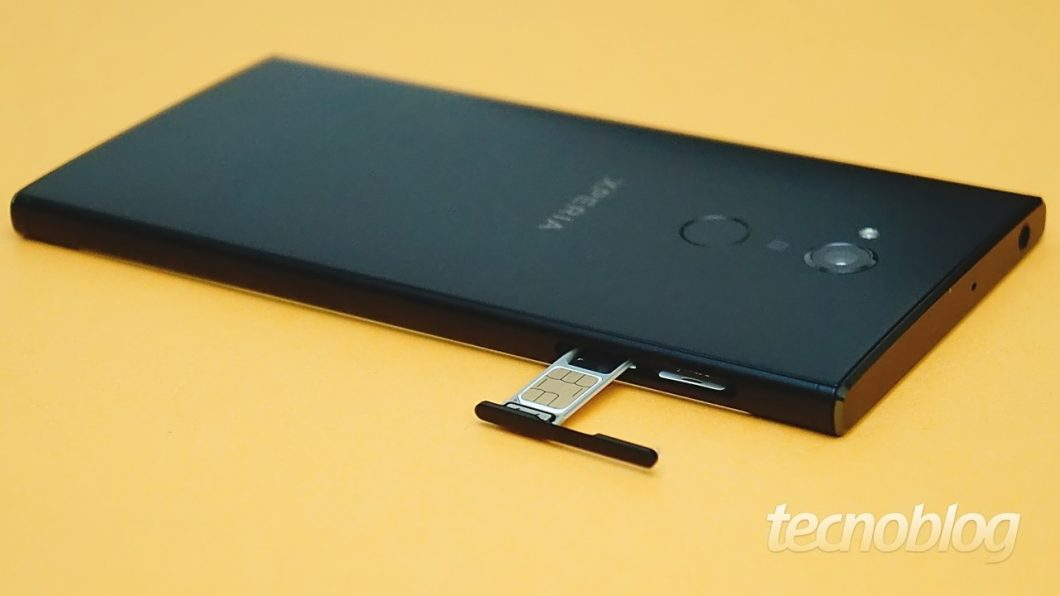 A gaveta na lateral esquerda suporta dois SIM cards e a entrada para microSD (de até 256 GB)