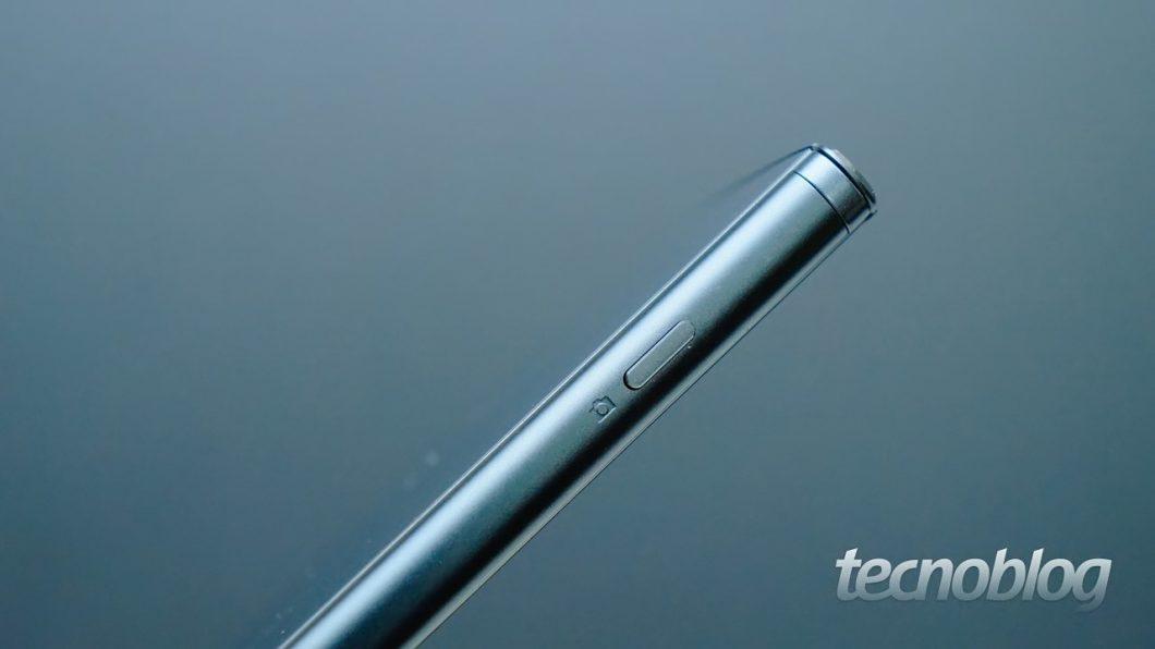 """O botão físico para câmera, outra """"marca registrada"""" da Sony, também aparece aqui"""