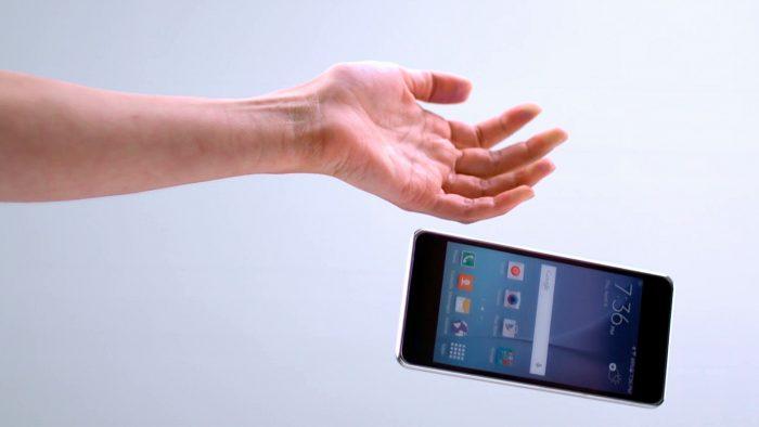 Smartphone caindo (Foto: Corning)