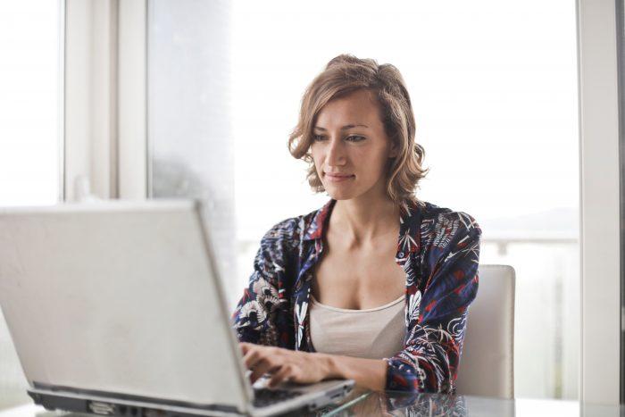 mulher computador / Divulgação / Pexels
