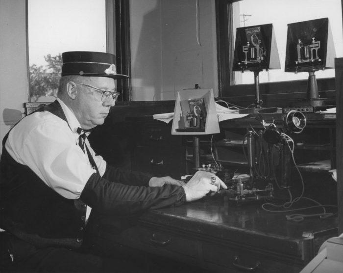 BNSF / operador de telégrafo da Atchison, Topeka & Santa Fe Railway Company em Fullerton, Califórnia (foto tirada entre 1940 e 1949) / tradutor de código morse