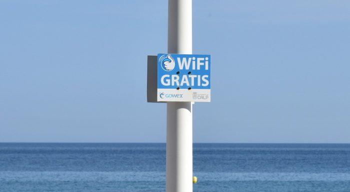 ddouk / placa de Wi-Fi Grátis em praia do Mediterrâneo (detalhe) /wi-fi público