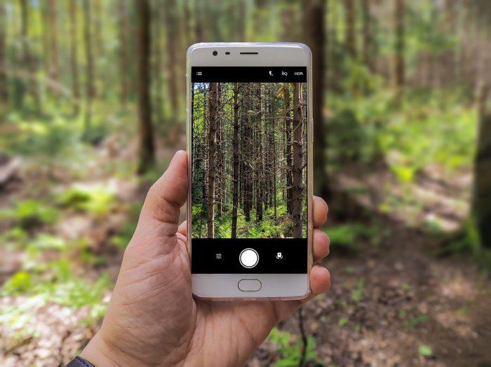 Esa Riutta / smartphone com app de câmera aberto / como passar fotos do celular para o pc