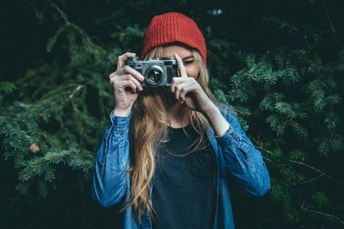 Free Photos / garota com câmera / Pixabay / EXIF