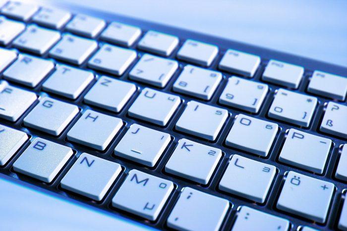 Geralt / close de teclado / Pixabay / como desvirar a tela do notebook