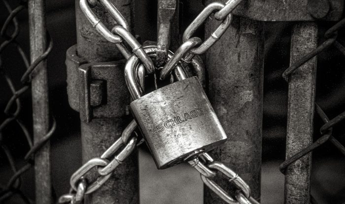 Kojn Salvino / portão trancado com cadeado e corrente (detalhe) / Unsplash / Como saber quem está usando o seu Wi-Fi