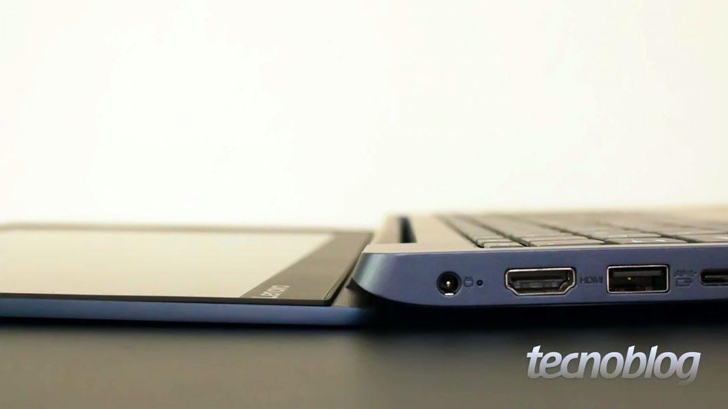 Curiosamente, a tela do Ideapad 330S permite abertura de até 180 graus
