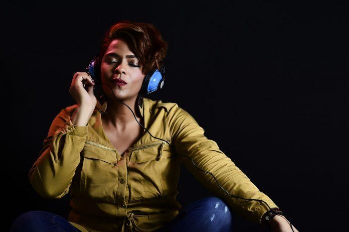 Omar Medina Films / mulher com headphones / Pixabay / áudio 3D