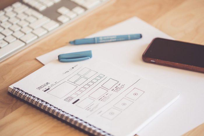 Pexels / caderno e smartphone / Pixabay / escanear documentos no celular