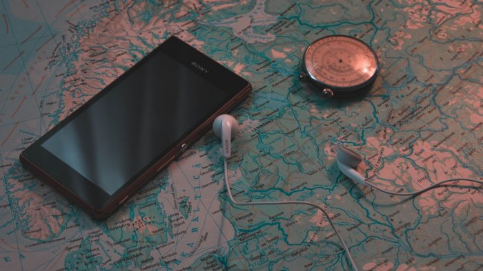 Pexels / smartphone, map and compass / gps a-gps e glonass / Pixabay