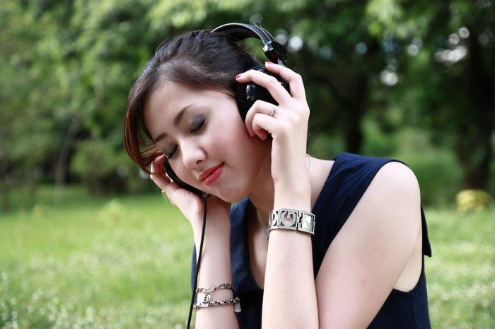rinfoto0 / garota com fones de ouvido / áudio 3D