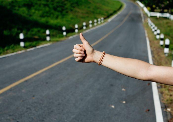 StockSnap / pessoa fazendo sinal de carona numa estrada (apenas mão e braço visíveis) / Pixabay / aplicativo de carona