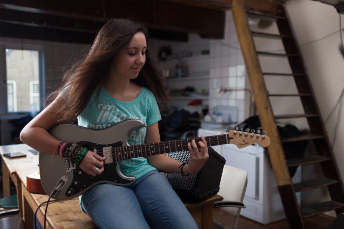Tpovee / garota com guitarra / Pixabay / afinador de guitarra