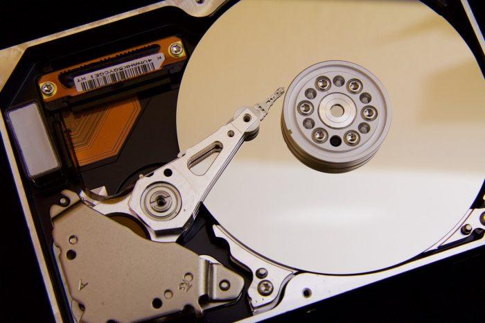 422737 / Disco rígido aberto / Pixabay / como recuperar arquivos corrompidos
