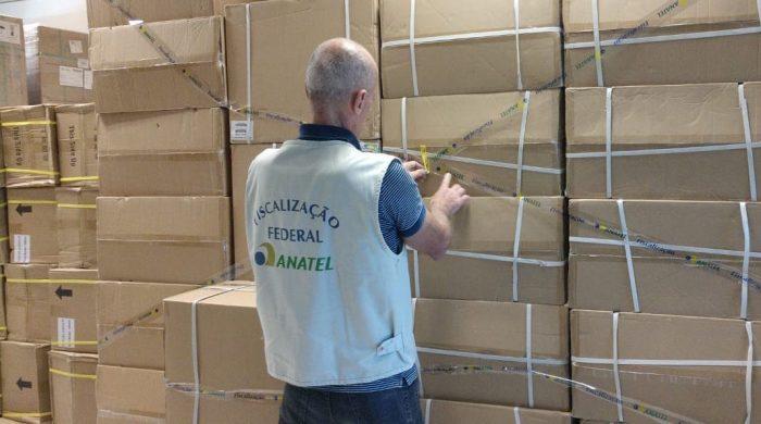 Fiscal da Anatel apreende produtos piratas (Foto: Divulgação/Anatel)