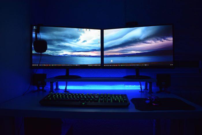 computador / duas telas / Pexels
