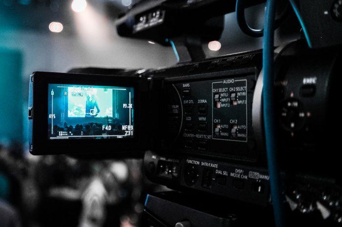 Donald Tong / câmera de vídeo / Pexels / como fazer live no YouTube