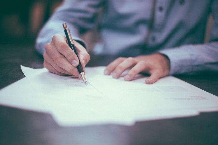 Free Photos / documentos sendo assinados / Pixabay / fazer bo online
