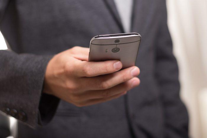 Niekverlaan / homem com smartphone na mão (detalhe) / Pixabay / melhores celulares até 1.000