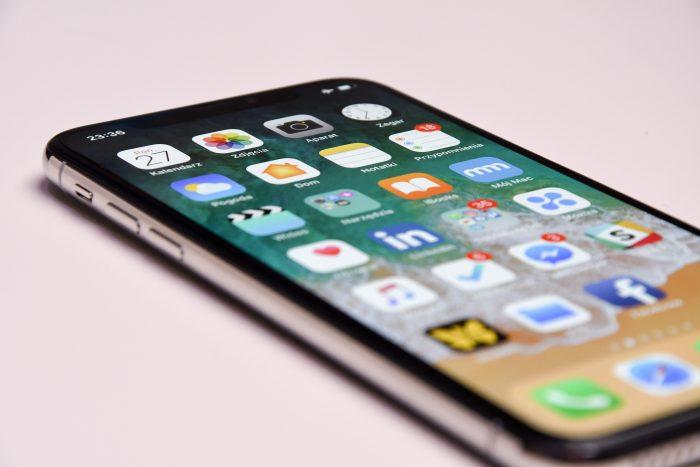 iPhone / przemyslaw-marczynski / unsplash