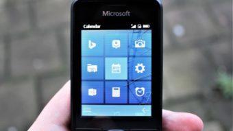 A Microsoft fez um celular simples com visual de Windows Phone