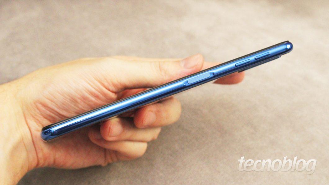 Não precisa pressionar o botão: basta tocar no leitor de digitais que o Galaxy A7 é desbloqueado