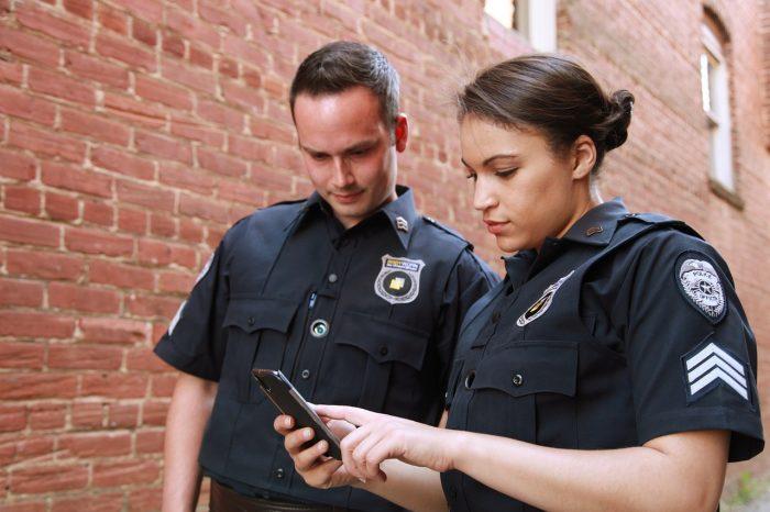 Utility Inc / dois policiais, com sargento feminina utilizando um smartphone / Pixabay / fazer bo online