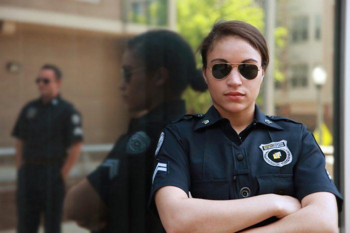 Utility Inc / policial feminina / Pixabay / fazer bo online