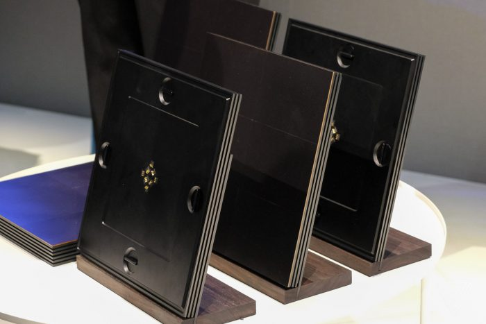 Os módulos da TV microLED da Samsung são formados por um suporte e pelo display em si (Foto: The Verge)