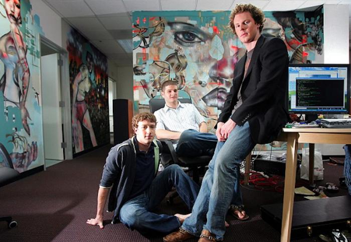 The New York Times / Mark Zuckerberg, Dustin Moskovitz e Sean Parker no escritório do Facebook, em 2005 / quem fundou o facebook