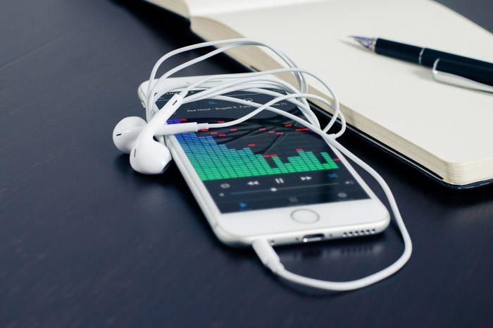 FirmBee / iPhone / Pixabay / baixar música no iphone