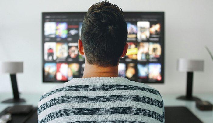 Mohamed Hassan / homem em frente à TV / Pixabay / melhores filmes netflix