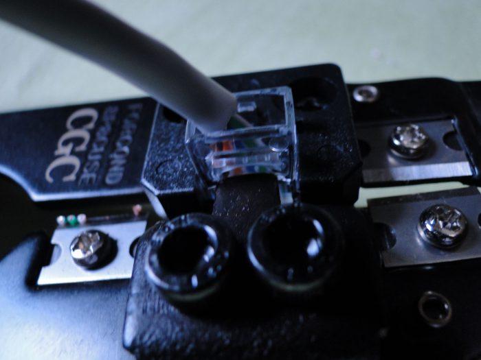 apertando o conector RJ-45 no alicate de crimpagem / como crimpar cabo de rede