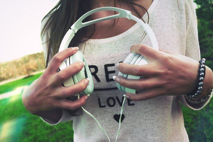 StockSnap / mulher segurando fones de ouvido (detalhe) Pixabay / converter vídeo em áudio