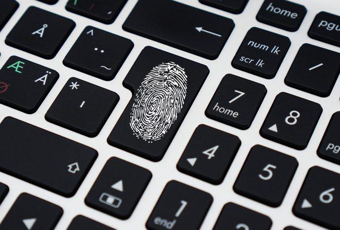 TheDigitalWay / impressão digital na tecla Enter de um teclado / Pixabay / biometria