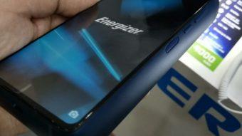 Energizer Power Max P18K Pop é quase uma bateria externa que tem tela e roda Android